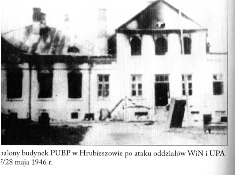 """Budynek PUBP w Hrubieszowie rozbity przez oddział """"Młota""""."""