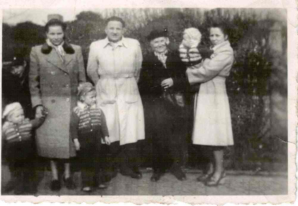 E.Woll w otoczeniu przyjaciół. Toruń 1953