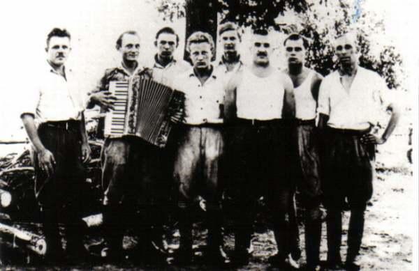 """Grupa żołnierzy z oddziału ,,Młota"""" Władzin sierpień 1946r."""